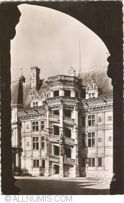 Imaginea #1 a Blois - Castelu. Scara de Onoare așa cum se vede dinspre Colonada Ludovic al XII-lea (1953)