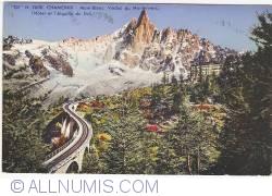 Image #1 of Chamonix - Mont-Blanc, Viaduc du Montenvers, Hotel et Aiguille du Dru (1957)