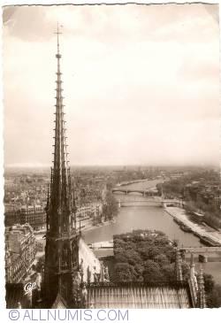 Imaginea #1 a Paris - Turla Catedralei Notre-Dame şi vedere spre Sena (1951)